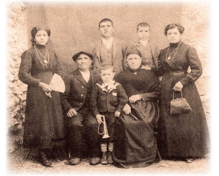 Hilario y Leona, sentados, posan junto a sus cinco hijos